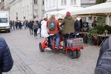 Sellised ägedad velotaksod, kus inimesed käivad õlut joomas, samal ajal peavad kõik väntama ja juht tutvustab linna.